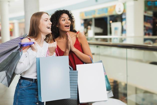 女の子はモールで買い物をしています。ブラックフライデーのセール。