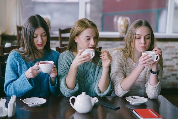 Ragazze in caffè