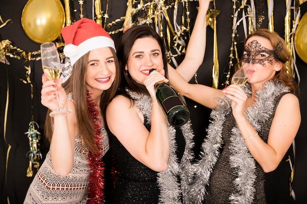 Ragazze che celebrano al 2019 festa di capodanno
