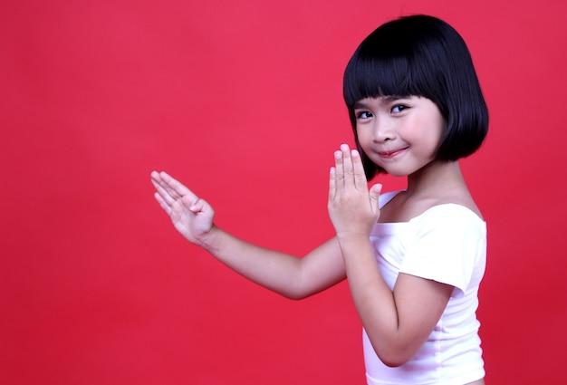 スタジオで笑っている女の子子供。
