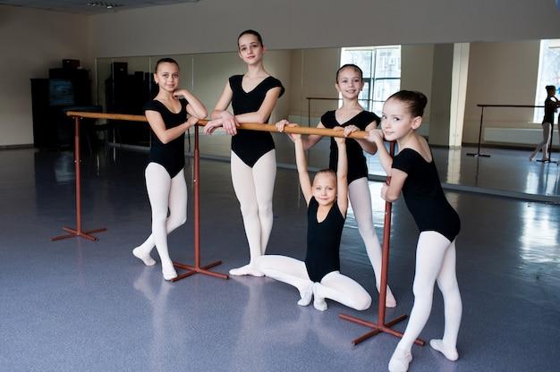 女の子はバレエ学校でクラスでコミュニケーションします。
