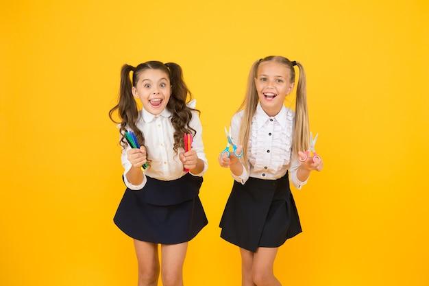 여자 창의적인 아이들. 초등학생을 위한 공예품. 여학생 반 친구들이 공예품을 위한 학교 문구 용품을 들고 있습니다. 창의적인 공예품. 손으로 장식용품을 만드는 활동 취미.