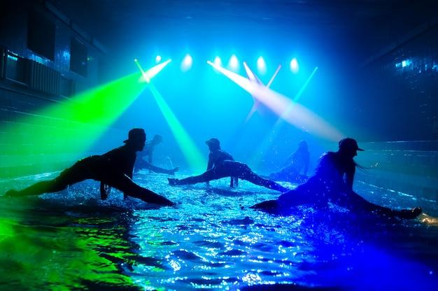 美しい光と水の上で踊る女の子。