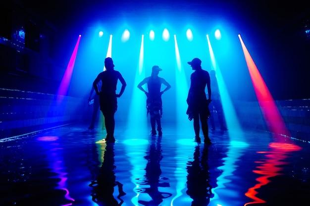 Девушки танцуют на воде с красивым светом.