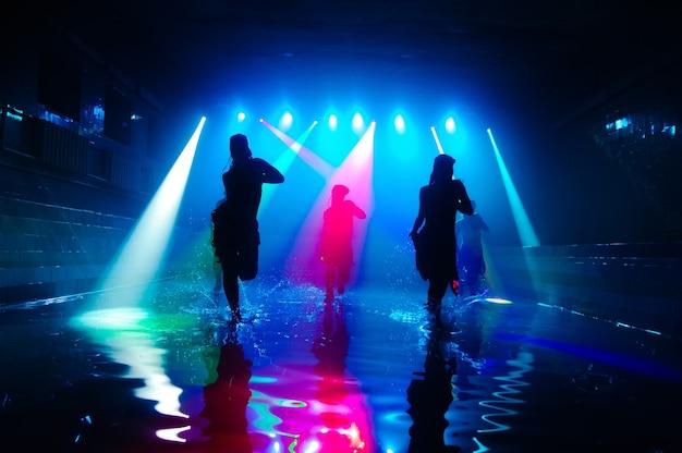 아름다운 빛으로 물 위에서 춤추는 소녀들.