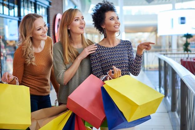 ショッピングモールでの女の子の日