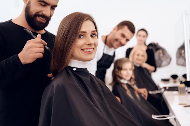 Девушки делают прически в парикмахерской. женская стрижка.