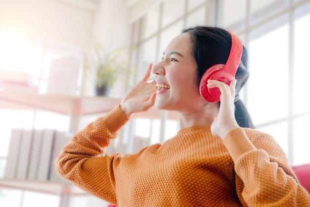 女の子は音楽を聴いて楽しむ