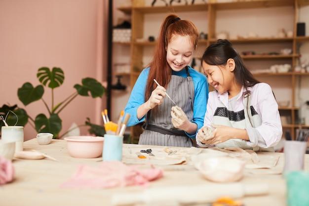 Девочки наслаждаются гончарной мастерской