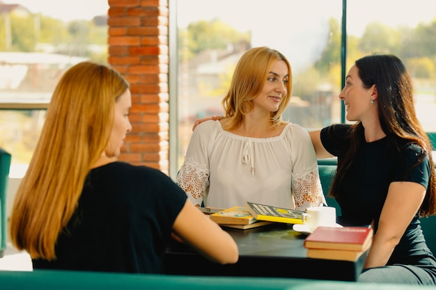 女の子、女性社員、忙しい一日を過ごした後は、リラックスして本を読んだり、話したりしてください。利益を伴う時間を過ごすという概念。