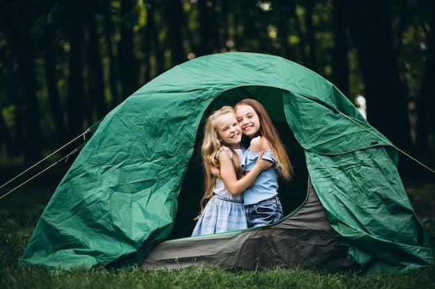 Девушки друзья в палатке