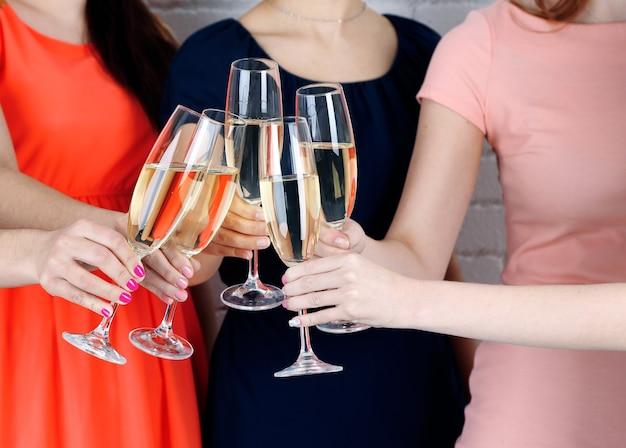 Девочки празднуют вечеринку