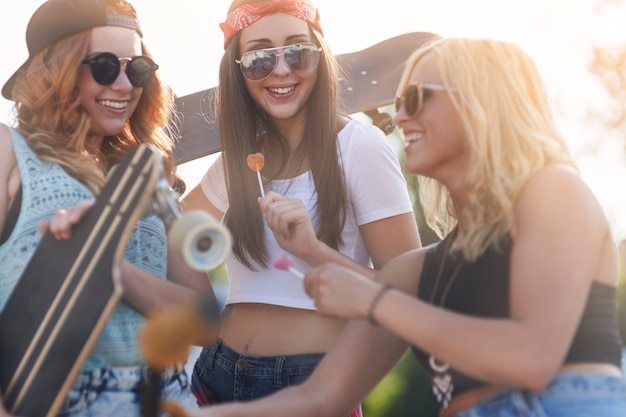 Девушки веселятся в скейтпарке