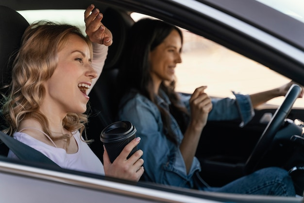 Девушки веселятся в машине