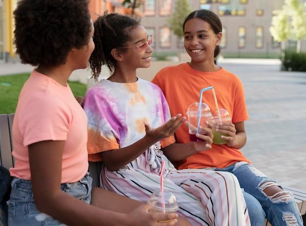 ミディアムショットの飲み物を持っている女の子 無料写真