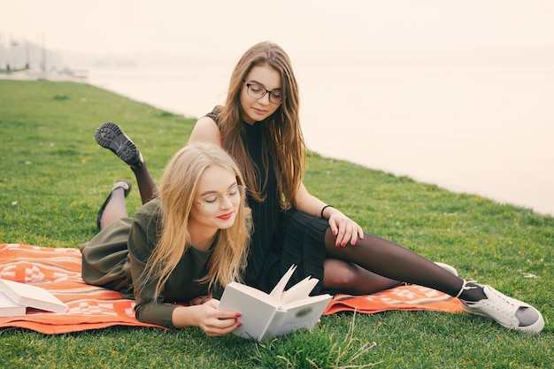 Девушки в парке