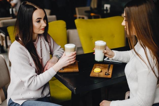 カフェの女の子