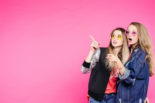 Девушки в очках стильно и модно одеты.