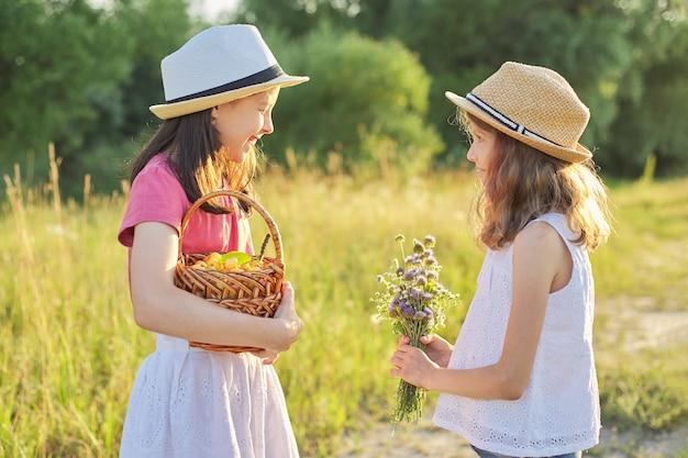 晴れた夏の日に牧草地の女の子
