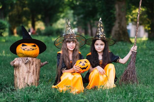 Девушки в колготках, сидя на траве в парке