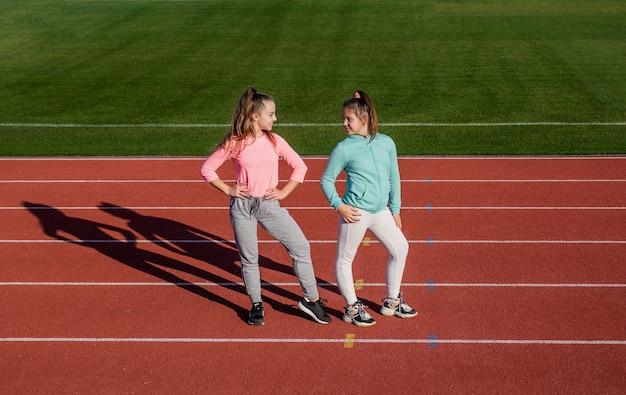 여자 아이들은 어린 시절 경기장 경기장 밖에서 운동을 훈련한 후 휴식을 취합니다.