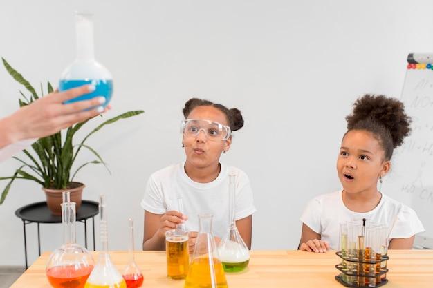 물약과 튜브로 화학에 대해 배우는 소녀