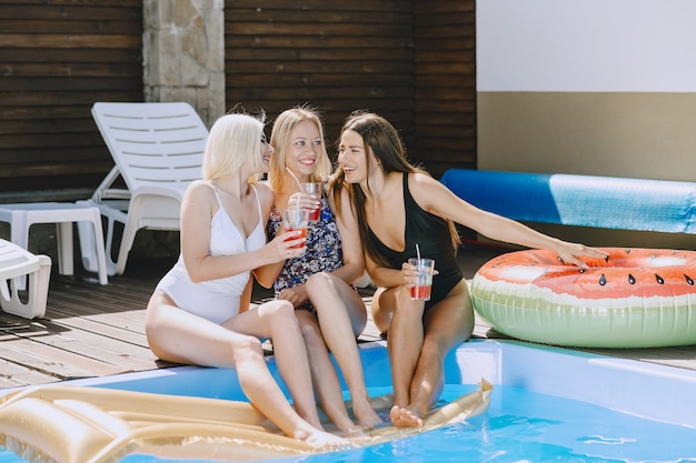プールの近くの女の子。スタイリッシュな水着の女性。夏休みの女性。