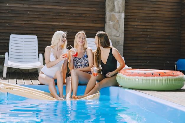 수영장 근처 여자. 세련된 수영복을 입은 여성. 여름 휴가에 숙녀.