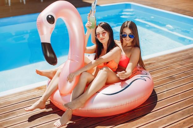 Девушки на летней вечеринке в бассейне