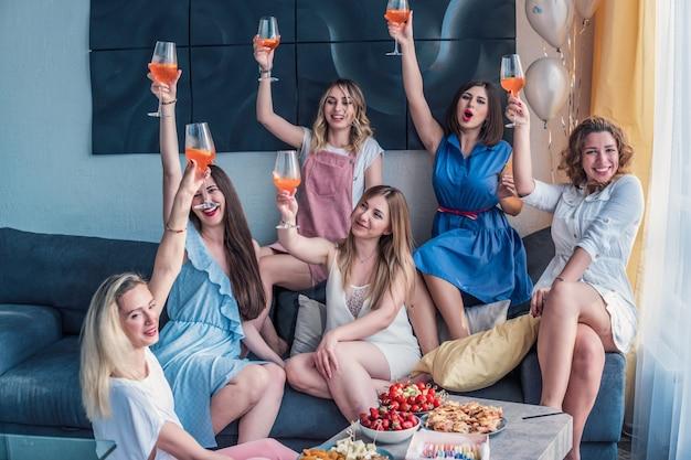 Девичья вечеринка. друзья красивые женщины с удовольствием на девичнике. они празднуют и пьют шампанское на девичнике. ваше здоровье