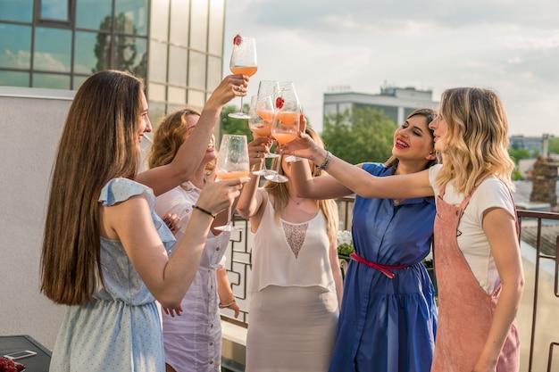 Девичья вечеринка. друзья красивые женщины с удовольствием на девичнике. они празднуют и пьют шампанское на девичнике