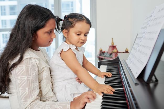 Девушки играют на пианино