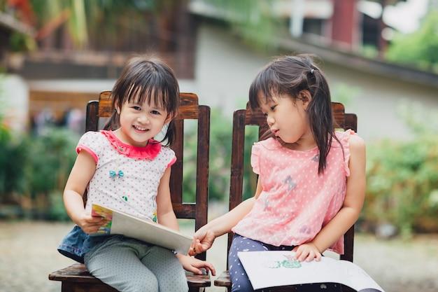 塗り絵で遊ぶ女の子