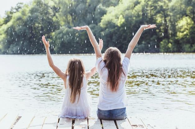 Девушки наливают воду