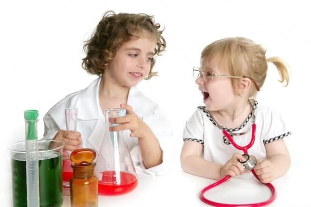 実験室で医者を装っている女の子
