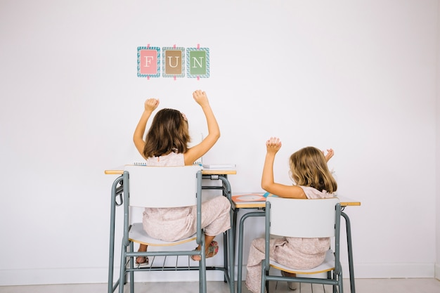 완성 된 숙제에 기뻐하는 소녀들