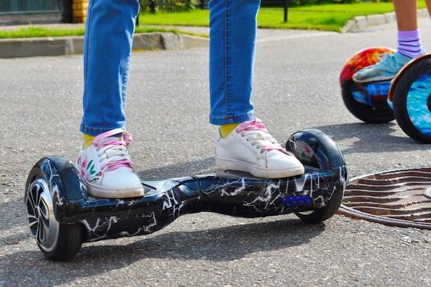 女の子はジャイロスクーターに乗る。スポーツ活動のoutdor。