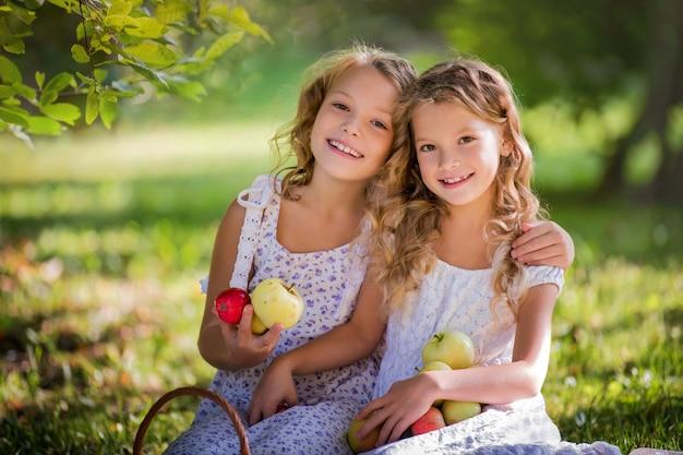 ベンチに座っているとリンゴを保持している女の子