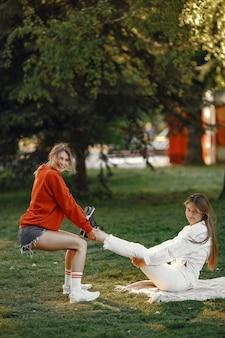 Девушки проводят время в летнем парке