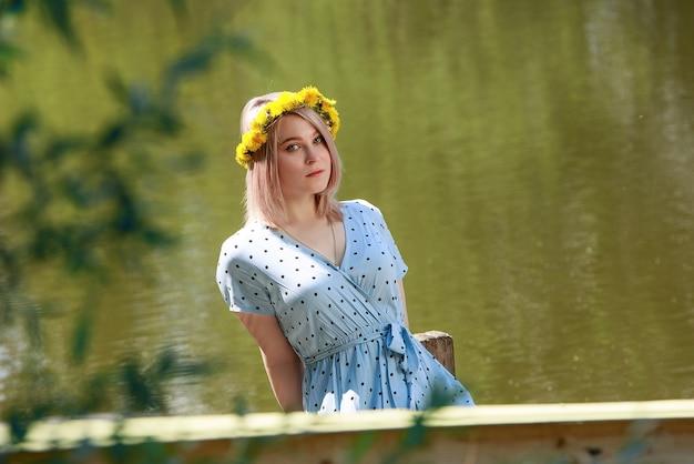 女の子は湖の近くに立っています。夏、自然