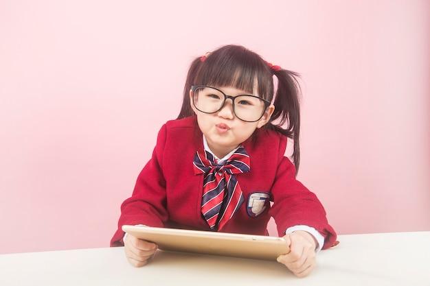 自宅でオンラインで勉強している女の子