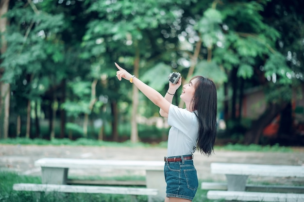 Девушки берут туристическую камеру