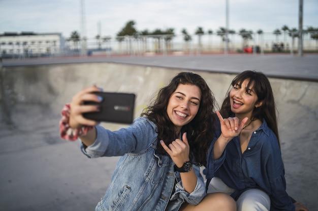 Девушки фотографируются в скейт-парке