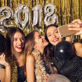 새 해 파티에 selfie를 복용하는 여자