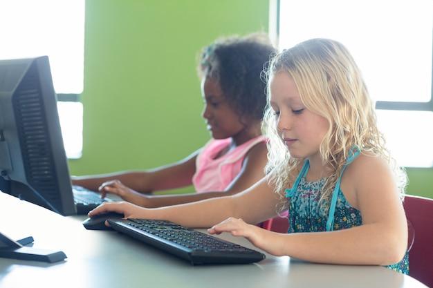 コンピューターを使用している女の子