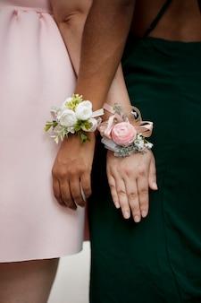 무도회에서 꽃장식을 한 소녀들