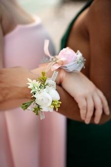 Ragazze che indossano accessori floreali al ballo di fine anno