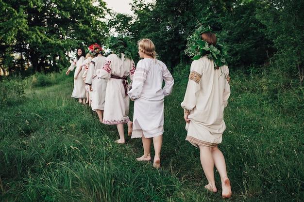 Девушки в традиционной украинской одежде в одном файле