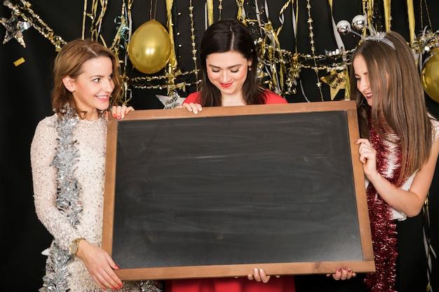 Девушки с доской на вечеринке в 2019 году