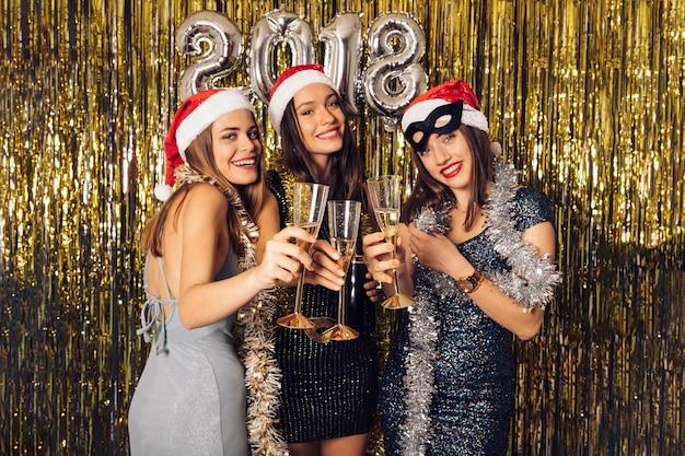 Ragazze con champagne sul nuovo anno party